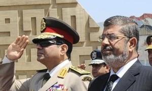 El nuevo Presidente y ex Jefe de las Fuerzas Armadas, Al Sisi, con el depuesto Morsi