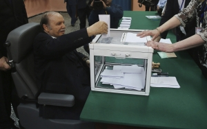 El anciano Presidente Buteflika depositando su voto durante los últimos comicios.